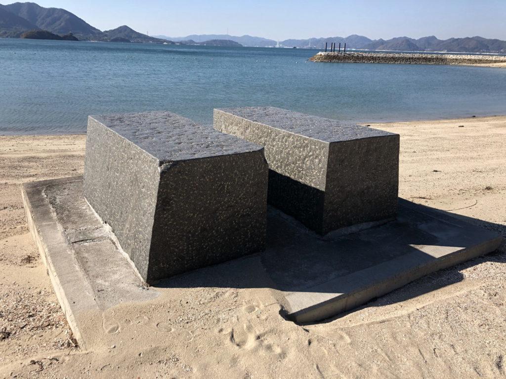 島ごと美術館『ねそべり石』
